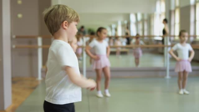 vídeos de stock e filmes b-roll de our first ballet class - body de ginástica