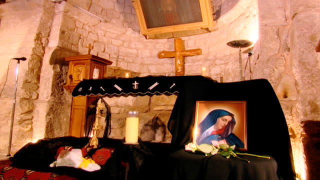 our lady of elige. tilt down from vaulted ceiling to icon of the virgin mary on the altar. - apse stock videos & royalty-free footage