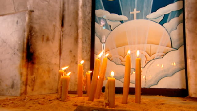 vídeos de stock e filmes b-roll de our lady of zeitoun church. pl of candles lit before an icon of the virgin mary who is said to have miraculously appeared above the church in 1968. - milagres
