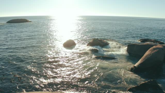 vidéos et rushes de notre amour est aussi profond que l'océan - rocher