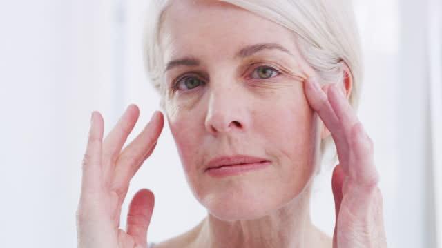 stockvideo's en b-roll-footage met onze huid begint volume en elasticiteit te verliezen naarmate we ouder worden - menselijke huid