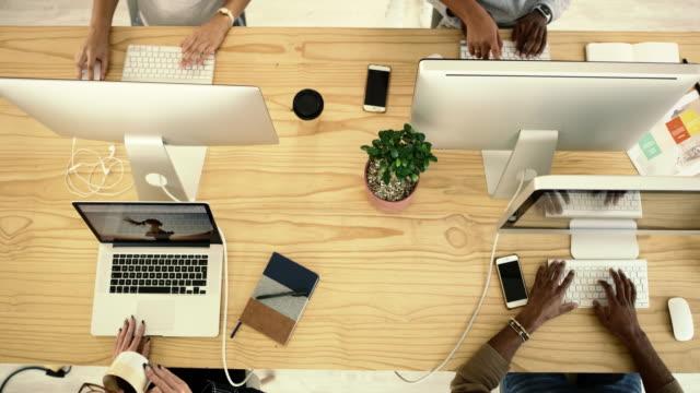 私たちの成功は、私たちの容赦ない努力にダウンしています - オフィスパーテーション点の映像素材/bロール
