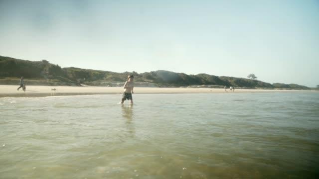 Unsere Ferien bestehen aus Sand, Meer und Spaß in der Sonne.