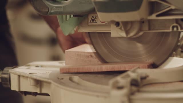 vídeos de stock, filmes e b-roll de nossa madeira faz o corte toda vez - serra circular