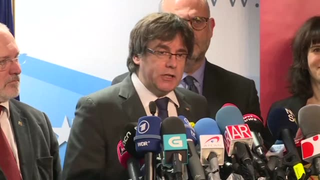 vídeos de stock e filmes b-roll de ousted catalan leader carles puigdemont offers to meet spanish prime minister mariano rajoy outside spain for talks on the region's independence... - democracia
