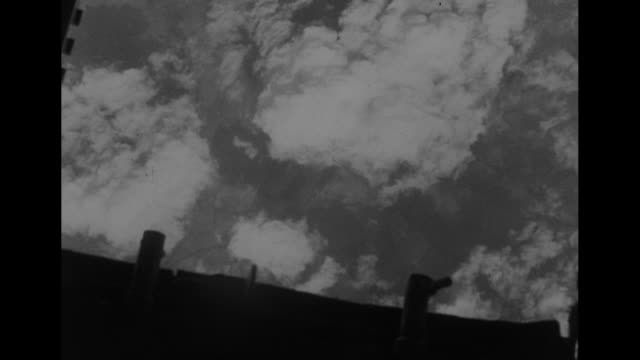 vídeos de stock e filmes b-roll de pov out camera plane window of us b17 flying fortress bombers flying / montage qs open bomb bay bombs dropping past camera vs aerials of clouds and... - avião bombardeiro