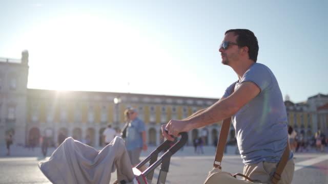 vídeos de stock, filmes e b-roll de para uma caminhada com seu filho do bebê - tourist