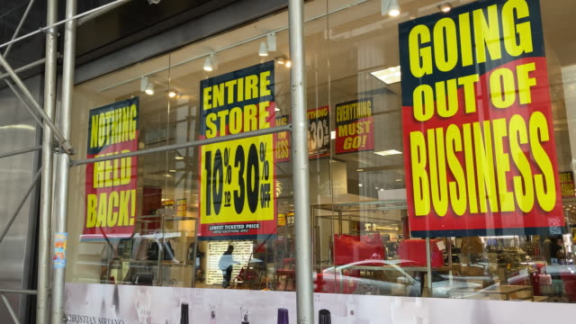 vídeos de stock e filmes b-roll de out of business sale signage displayed as century 21 department stores files for bankruptcy in new york, u.s., on monday, september 14, 2020. - falência
