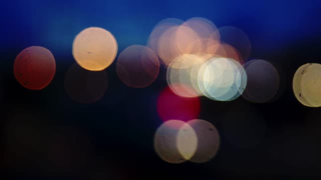 vídeos de stock e filmes b-roll de out of focus bokeh of lighting traffic. - incandescência