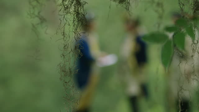 stockvideo's en b-roll-footage met out of focus shot reenactment of revolutionary war officers meeting in the forest during the 18th century - historische reënactment