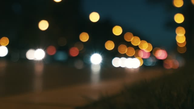 vídeos de stock, filmes e b-roll de fora da vida urbana de foco. - pouca luz