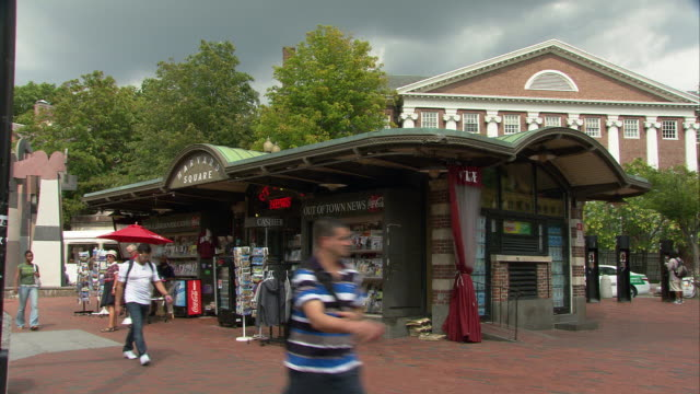 stockvideo's en b-roll-footage met ws out of town news kiosk at harvard square / cambridge, massachusetts, usa - westers schrift