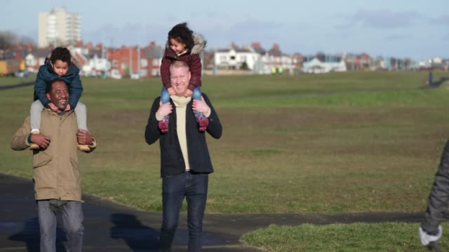 stockvideo's en b-roll-footage met met de kinderen en vader-in-law - whitley bay