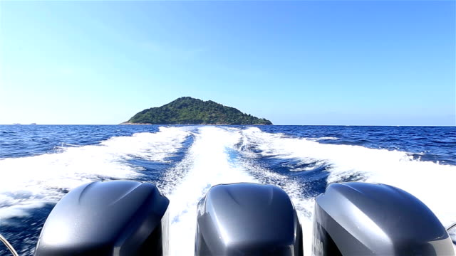 hd : motori fuoribordo vela in mare - motor video stock e b–roll