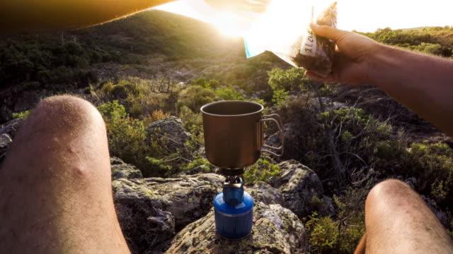 vídeos y material grabado en eventos de stock de aventura al aire libre pov - preparación de alimentos - back lit
