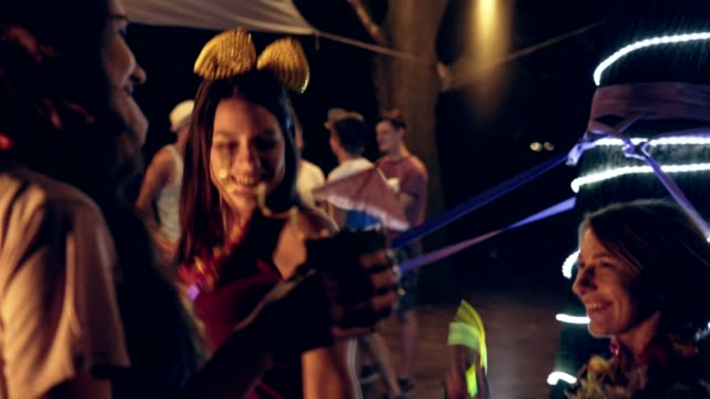 vídeos de stock, filmes e b-roll de despedida de solteira ao ar livre - despedida de solteira