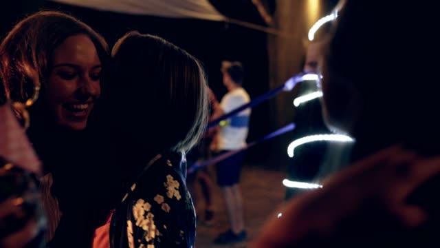 屋外バチェロレッテ パーティー - 談笑する点の映像素材/bロール