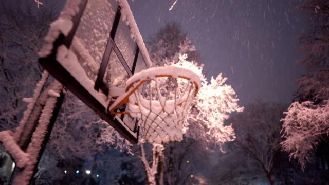 vídeos y material grabado en eventos de stock de aro de baloncesto al aire libre lleno de nieve - illinois
