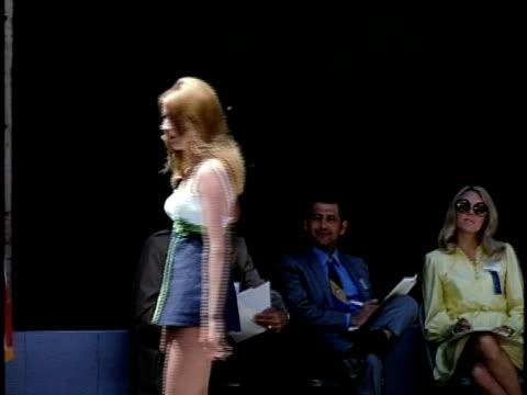 stockvideo's en b-roll-footage met outdoor beauty contest at palace of fine arts, san francisco, california, usa - spelkandidaat