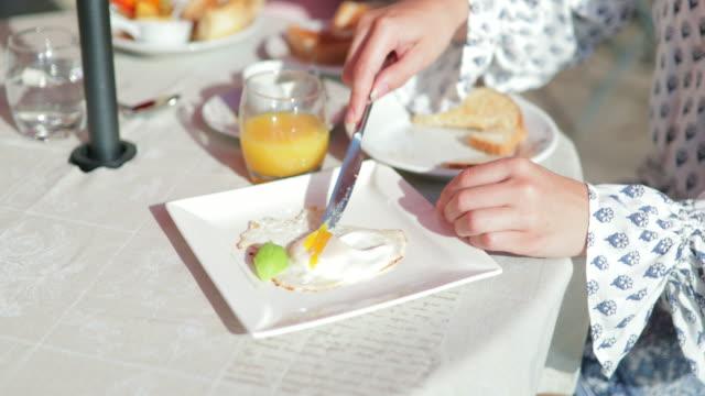 vídeos y material grabado en eventos de stock de desayuno al aire libre en italia - alojamiento y desayuno