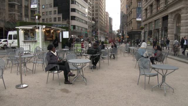 outdoor cafe, sidewalk cafe, broadway street scenes - flatiron district nyc - scott mcpartland stock videos & royalty-free footage