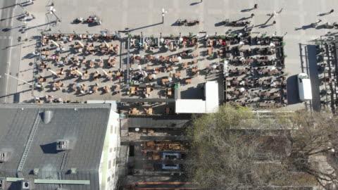 vídeos y material grabado en eventos de stock de comer al aire libre en suecia durante la crisis corona - sweden