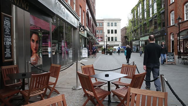 outdoor dining tables set up outside a pub at covent garden in london, u.k., on tuesday, may 11, 2021. u.k. prime minister boris johnson confirmed... - flatten the curve stock videos & royalty-free footage