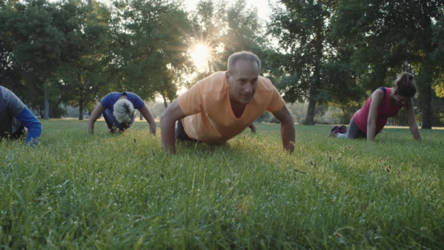 stockvideo's en b-roll-footage met 4k slo mo: outdoor fitness - mature adult