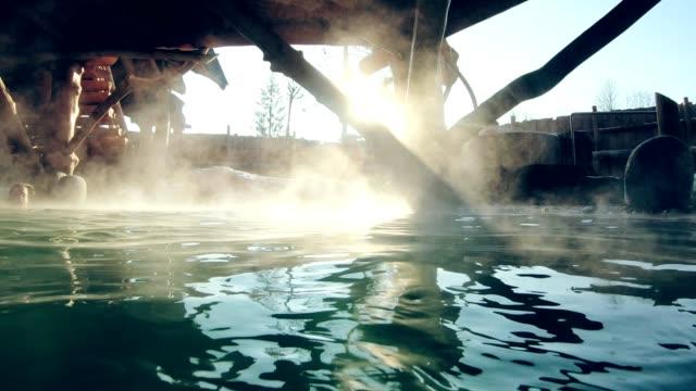 freibäder im freien. dampf über wasserfläche - thermalquelle stock-videos und b-roll-filmmaterial
