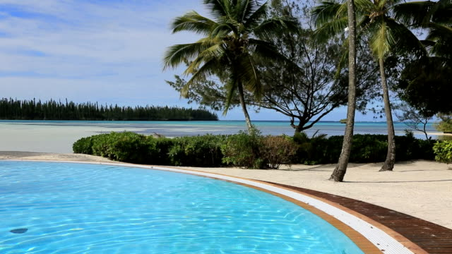 stockvideo's en b-roll-footage met outdoor infinity swimming pool at tropical resort - zwembadrand