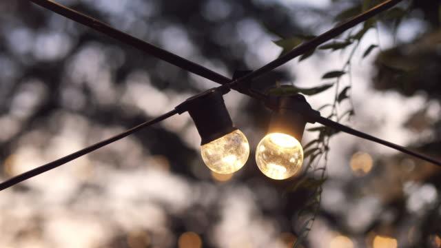 vídeos y material grabado en eventos de stock de luces de fiesta al aire libre - vela equipo de iluminación