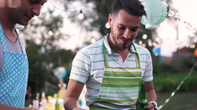 vídeos y material grabado en eventos de stock de fiesta al aire libre - delantal