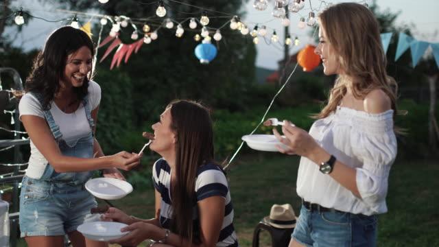 vidéos et rushes de fête en plein air - saucisse