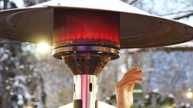 vídeos y material grabado en eventos de stock de calentador de patio al aire libre en un mercado de navidad - aire libre