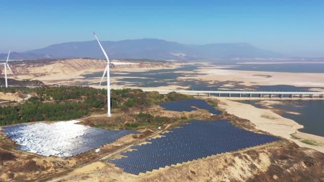outdoor-photovoltaik-stromerzeugungsszene - fuel and power generation stock-videos und b-roll-filmmaterial