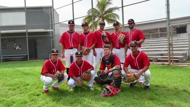 outdoor-porträt des 9-mann-hispanischen baseball-teams - baseballmannschaft stock-videos und b-roll-filmmaterial