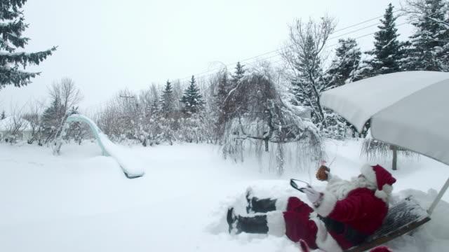 Outdoor-Santa mit Spaß Winter-Garten-Pool-Seite