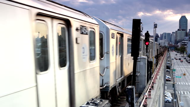vidéos et rushes de rame de métro en plein air à queens, new york city - train de banlieue