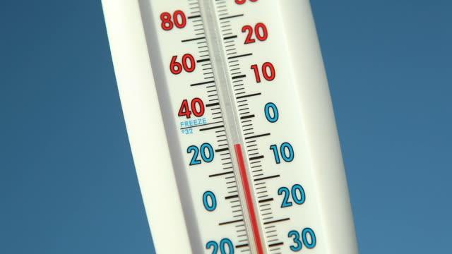vídeos de stock, filmes e b-roll de termômetro outdoor contra o céu azul escalada de temperatura - termômetro