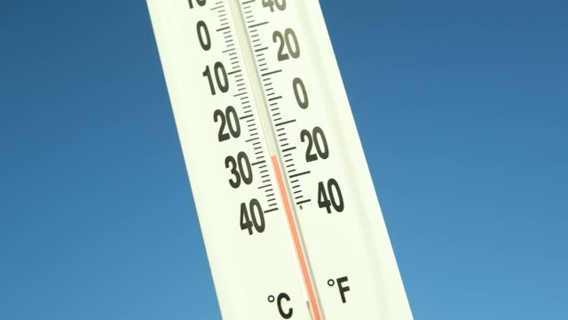 stockvideo's en b-roll-footage met outdoor thermometer against blue sky climbing temperature - bevroren