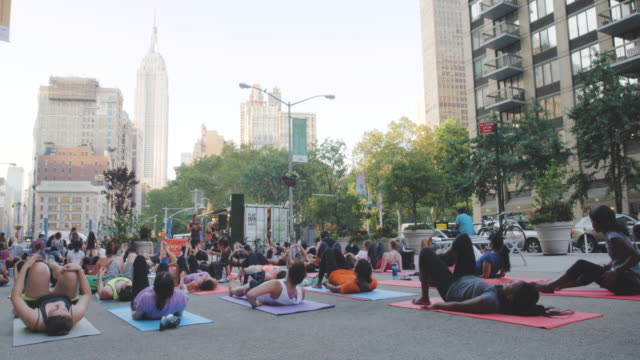 Outdoor Yoga Class - Empire State Building - Summer 2016 - 4k