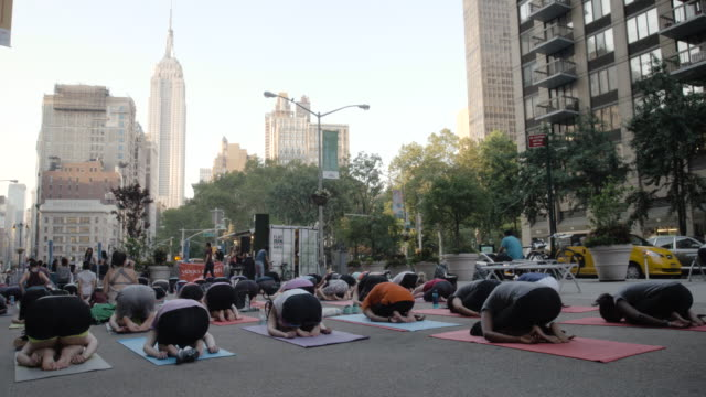Outdoor Yoga Class - New York City - 2016 - 4k