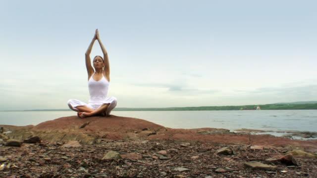 im zen mädchen - meditieren stock-videos und b-roll-filmmaterial