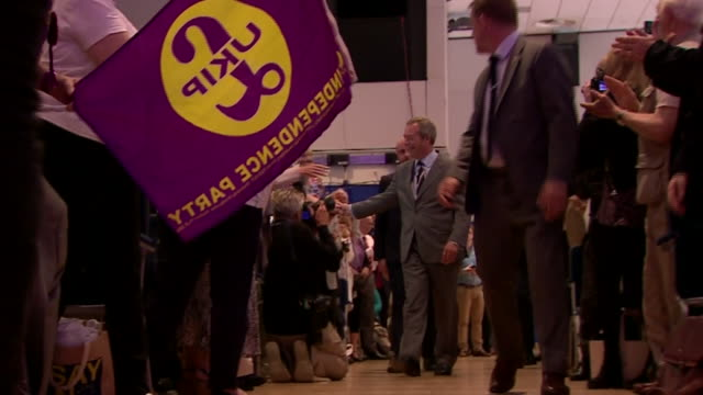 outgoing ukip leader nigel farage walking onto the stage for the final time as party leader before the new leader is announced - 英国独立党点の映像素材/bロール
