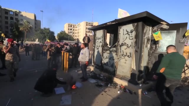 outraged iraqi protesters storm the u.s. embassy compound in baghdad, protesting washington's attacks on armed battallions belong to iranian-backed... - イラク点の映像素材/bロール