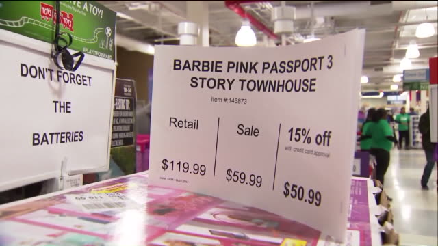stockvideo's en b-roll-footage met wpix outside and inside of a toys r us on black friday in new york on nov 24 2017 - toys r us