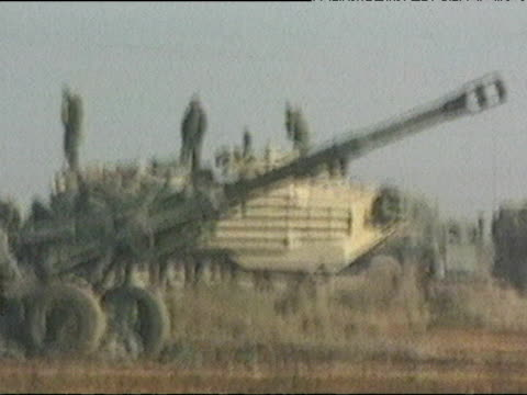 outside baghdad soldiers fire rocket launchers during iraq war 03 apr 03 - artiglieria video stock e b–roll