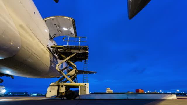 夕暮れの空の外の貨物輸送機