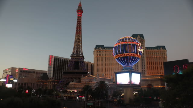 vidéos et rushes de outside paris las vegas hotel in las vegas nevada us on sunday july 26 2020 caesars entertainment inc is scheduled to release earnings figures on... - écriture européenne