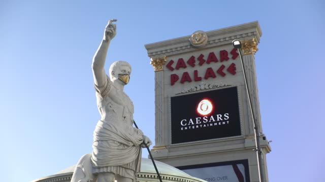 vidéos et rushes de outside the caesars palace hotel and casino in las vegas nevada us on sunday july 26 2020 caesars entertainment inc is scheduled to release earnings... - écriture européenne